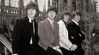 Les Beatles George, Paul, Ringo et John, le 24 juin 1965 sur le toit du Dôme de Milan.  (Leemage / AFP)