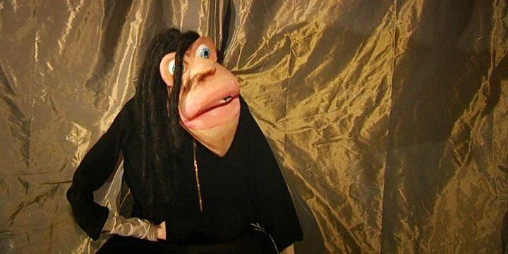 """Kevin, détenu à la Maison d'Arrêt de Saint-Brieuc répète son spectacle avant de le présenter lors du festival """"Marionnet'Ic""""  (France 3 / Culturebox)"""