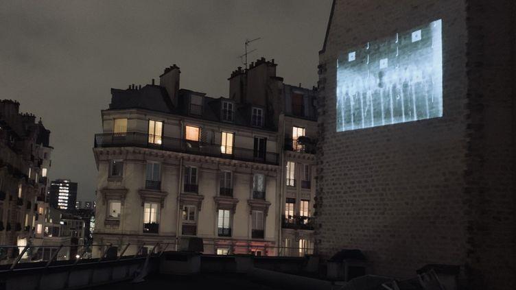 Projection aux environs du cinéma La Clef, à Paris, vendredi 15 janvier 2021. (MATHILDE VINCENEUX / RADIO FRANCE)