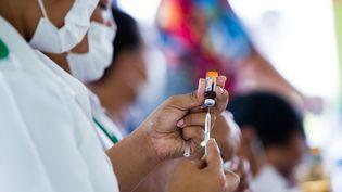 Une infirmière prépare des vaccins contre la rougeole, dans la ville samoane de Le'auva'a, le 2 décembre 2019. (AFP PHOTO / ALLAN STEPHEN / UNICEF)