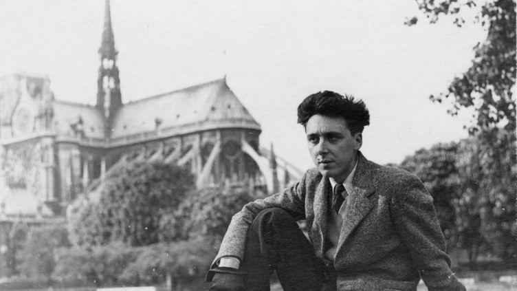 Daniel Cordier, membre des Forces françaises libres, prend la pose en 1945 à Paris. (MUSEE DE L'ORDRE DE LA LIBERATION / AFP)