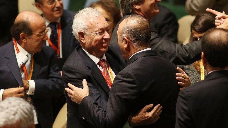 Le ministre des affaires étrangères espagnol José Manuel Garca-Margallo reçoit les félicitations de son homologue turc Mevlut Cavusoglu après la victoire surprise de l'Espagne face à la Turquie dans l'élection d'un membre non-permanent du Conseil de Sécurité jeudi 16 octobre. (SPENCER PLATT / GETTY IMAGES NORTH AMERICA / AFP)