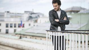 Le chanteur Amir, représentant de la France à l'Eurovision, photographié à Paris, le 15 avril 2016. (ELLIOTT VERDIER / AFP)