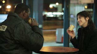 "Les acteurs Omar Sy et Charlotte Gainsbourg dans ""Samba"". d'Eric Nakache et Olivier Toledano  (David Koskas - Quad - Gaumont)"