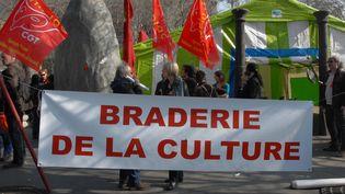 """Banderole """"Braderie de la culture"""" à la Marche pour la culture à Paris, le 12 mars 2014  (Citizenside / Patrice Pierrot / Citizenside.com AFP)"""