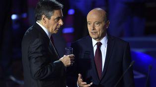 Les deux candidats finalistes à la primaire à droite Francois Fillon et Alain Juppelorsdu deuxième débat télévisé, le 3 novembre 2016. (ERIC FEFERBERG / AFP)
