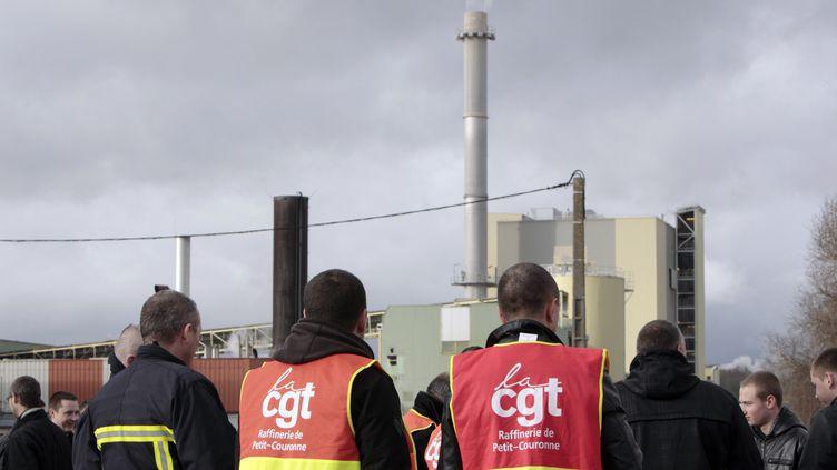 Les salariés de Petroplus se regroupent devant la raffinerie dePetit-Couronne (Seine-Maritime), le 2 janvier 2012. (KENZO TRIBOUILLARD / AFP)