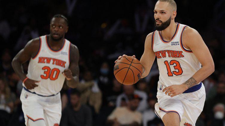 Evan Fournier (à droite) portant les couleurs de sa nouvelle équipe, les Knicks de New-York, lors d'un match de pré-saison contre les Pacers d'Indiana dans la mythique salle du Madison Square Garden. New York, 5 octobre 2021. (SARAH STIER / GETTY IMAGES NORTH AMERICA via AFP)