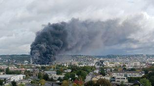 Photo prise le 26 septembre 2019 au Grand-Quevilly, la fumée s'échappe de l'usine Lubrizol classée Seveso en feu à Rouen(Seine-Maritime). (LOU BENOIST / AFP)
