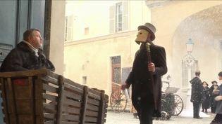 À l'approche des fêtes de fin d'année, le château de Champs-sur-Marne (Seine-et-Marne) propose de faire découvrir aux visiteurs les fastes de la vie de château. Pour cela, les bénévoles jouent le jeu. (france 3)