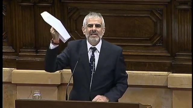 Un député catalan de l'opposition déchire la résolution d'indépendance