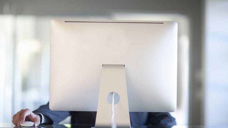 """En moyenne, les Français passent 63 minutes par jour au travail à consulter Internet à des fins personnelles sur leur lieu de travail, estime une étude publiée mercredi 16 avril par le site de """"Metro"""". (ZERO CREATIVES / CULTURA CREATIVES / AFP)"""