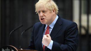 Le Premier ministre britannique, Boris Johnson, s'exprime devant le 10 Downing Street, à Londres, le 27 avril 2020. (DANIEL LEAL-OLIVAS / AFP)
