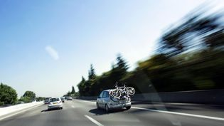 Des voitures circulent sur l'autoroute A7, à hauteur de Valence (Drôme), lors d'une journée classée noire par Bison Futé,le 4 août 2007. (FRED DUFOUR / AFP)