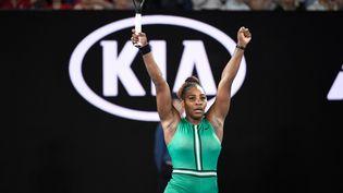 Serena Williams célèbre sa victoire face à Simona Halep en huitièmes de finale de l'Open d'Australie, le 21 janvier 2019 à Melbourne. (RECEP SAKAR / ANADOLU AGENCY)