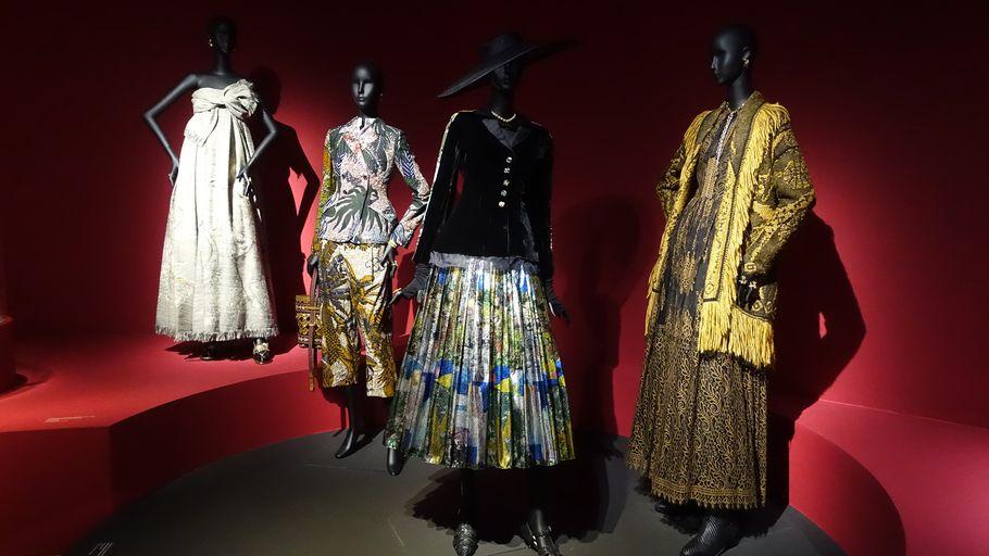 """Exposition """"Luxes"""" au MAD : un voyage à travers le temps et la géographie où la mode a toujours tenue sa place"""