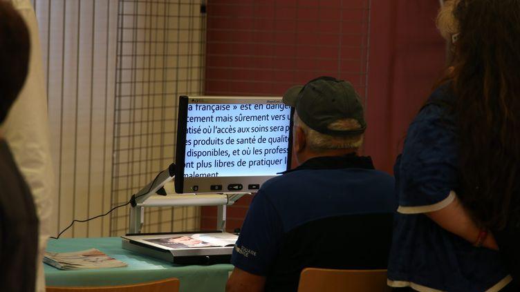 Lecture pour malvoyant. Photo d'illustration. (PHOTO PIERRE HECKLER / MAXPPP)