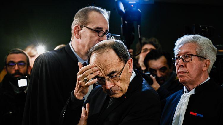 Le cardinal Philippe Barbarin entouré de ses avocats, au tribunal de Lyon, le 7 janvier 2019. (JEFF PACHOUD / AFP)
