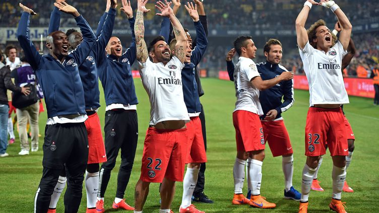 Les joueurs du PSG fêtent leur titre de champion, acquis sur la pelouse de Montpellier le 16 mai 2015. (PASCAL GUYOT / AFP)