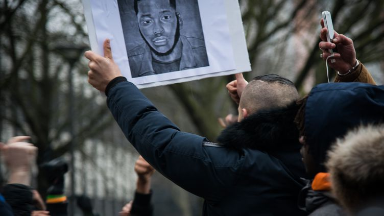 Un manifestant porte une pancarte à l'effigie deThéo, lors d'une manifestation à Bobigny (Seine-Saint-Denis), le 11 février 2017. (NNOMAN / ANADOLU AGENCY)