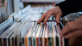 Un homme cherche un disque vinyl chez un disquaire à Paris, en février 2020 (illustration). (MARTIN BUREAU / AFP)