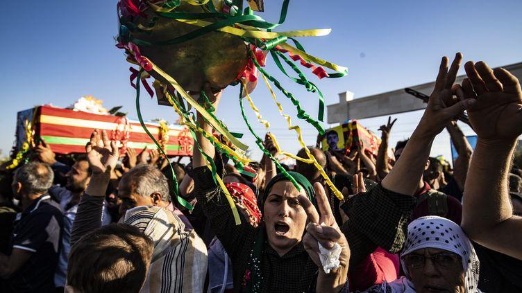 Des personnes en deuil assistent aux funérailles de cinq combattants des Forces démocratiques syriennes (coalition militaire kurdo-syrienne), le 14 octobre 2019. (DELIL SOULEIMAN / AFP)