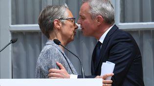 Elisabeth Borne et François de Rugy lors de la passation de pouvoir, au ministère de l'Ecologie, à Paris, le 17 juillet 2019. (ALAIN JOCARD / AFP)