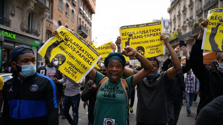 Des manifestants pour la régularisation des sans papiers, le 20 juin 2020, à Paris. (ANTOINE DE RAIGNIAC / HANS LUCAS / AFP)