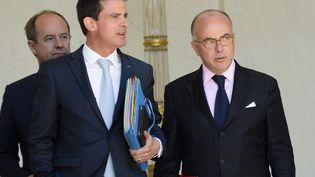 Le Premier ministre Manuel Valls et le ministre de l'Intérieur Bernard Cazeneuve, le 19 juillet à l'Elysée à Paris. (BERTRAND GUAY / AFP)