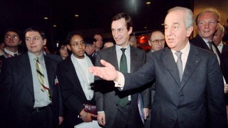 Nicolas Bazire, Edouard Balladur et Brice Hortefeux, en meeting à Paris, le 8 février 1995. (JOEL ROBINE / AFP)