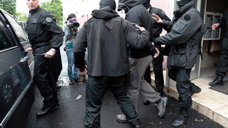 Les équipes du Raid et du GIGN en opération dans le quartier de la Meinau, à Strasbourg (Bas-Rhin), le 13 mai 2014. (FREDERICK FLORIN / AFP)