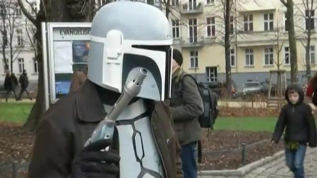 """Une église protestante luthérienne de Berlin a célébré dimanche 20 décembre le culte dominical sur le thème de """"Star Wars"""", avec deux pasteurs brandissant des sabres laser et des fidèles déguisés en héros de la saga galactique."""