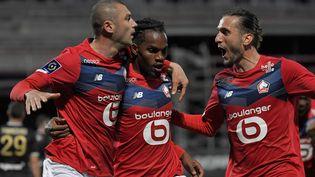 La joie des joueurs lillois qui ont marqué face à Angers, lors de la 38e et dernière journée de Ligue 1, le 23 mai 2021 à Angers (Maine-et-Loire). (LOIC VENANCE / AFP)