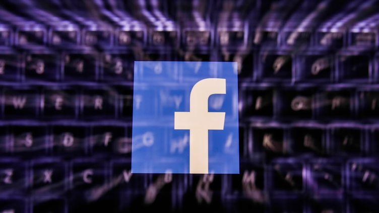 Facebook a supprimé des centaines de faux comptes de désinformation à destination de plusieurs pays africains. Certains étaient animés par des personnes en lien avec l'armée française. (JAKUB PORZYCKI / NURPHOTO)