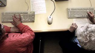 Des personnes agées utilisent des ordinateurs. (Illustration). (FRED DUFOUR / AFP)
