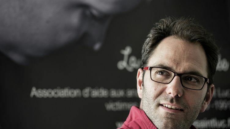 François Devaux, le président de l'association La parole libérée, pose face aux journalistes, le 15 mars 2016 à Lyon (Rhône). (JEFF PACHOUD / AFP)