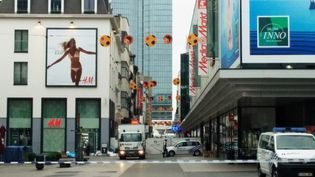 La police a établi un périmètre de sécurité autour du centre commercial City 2 à Bruxelles après une alerte à la bombe, mardi 21 juin 2016. (SEPPE KNAPEN / BELGA / AFP)