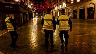 Les gendarmes ont veilléau bon respect du couvre-feu à Montpellier (Hérault), le 17 octobre 2020. (PASCAL GUYOT / AFP)