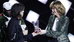 Le rappeur Aurélien Cotentin, alias Orelsan, reçoit le prix du meilleur album de musique urbaine lors de la 33e cérémonie des Victoires de la musique en 2018.  (Thomas SAMSON / AFP)