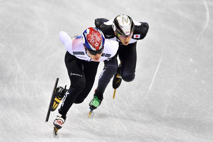 A droite, le Japonais Kei Saito lors de la course sur 1 500 m aux Jeux olympiques de Pyeongchang (Corée du Sud), le 10 février 2018. (MLADEN ANTONOV / AFP)