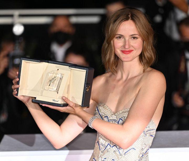 """L'actrice norvégienneRenate Reinsve et sa palme pour son interprétation dans """"Julie (en 12 leçons) deJoachim Trier, au 74e festival de Cannes (2021). (MUSTAFA YALCIN / ANADOLU AGENCY)"""