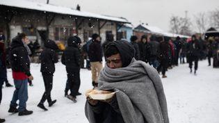 Une distribution alimentaire lors de chutes de neige, près de Belgrade (Serbie), le 18 janvier 2017. (KONSTANTINOS TSAKALIDIS / SOOC / AFP)