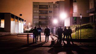 Des policiers en faction à Aulnay-sous-Bois (Seine-Saint-Denis), le 7 février 2017. (PIERRE GAUTHERON / HANS LUCAS / AFP)