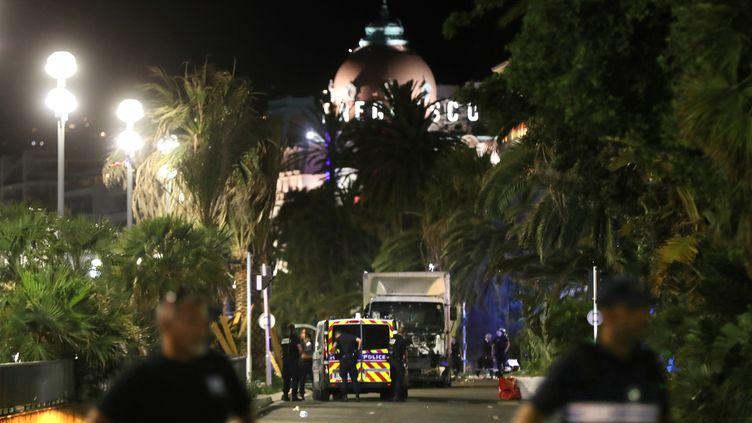 Des policiers sur la scène de l'attentat de Nice (Alpes-Maritimes), le 14 juillet 2016. (VALERY HACHE / AFP)
