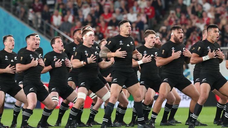 Les All Blacks, l'équipe de rugby de Nouvelle-Zélande, ici lors du match pour la 3e polace de la Coupe du monde 2019 contre le Pays de Galles, le 1er novembre 2019 à Tokyo (MASAHIRO SUGIMOTO / YOMIURI / THE YOMIURI SHIMBUN VIA AFP)