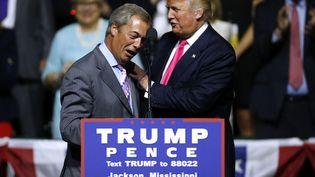 Donald Trump et son conseiller Nigel Farage lors de la campagne présidentielle américaine (JONATHAN BACHMAN / GETTY IMAGES NORTH AMERICA)