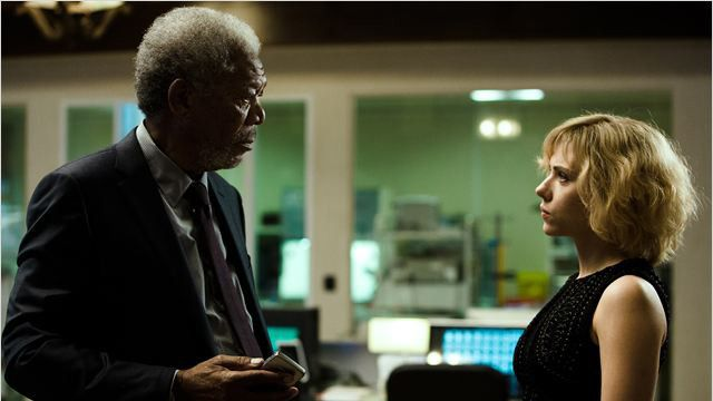 """Morgan Freeman et Scarlette Johansson dans """"Lucy"""" de Luc Besson  (© Jessica Forde/EUROPACORP - TF1 FILMS PRODUCTION - GRIVE PRODUCTIONS)"""
