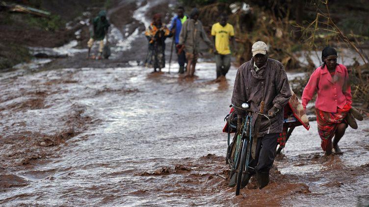 C'était un «enfer sur terre», ont déclaré des survivants admis dans des centres de soins. Le gouverneur du comté, Lee Kinyanjui, a annoncé qu'un barrage voisin devait «être vidé pour éviter un (nouveau) désastre».Après une grave sécheresse, le Kenya a connu des semaines de pluies torrentielles. Lesquelles ont entraîné des inondations et des coulées de boue. (TONY KARUMBA / AFP)