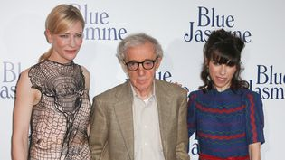 """Woody Allen entouré des deux actrices principales de """"Blue Jasmine"""", Cate Blanchett et Sally Hawkins, à l'avant-première du film à Paris, à l'UGC Ciné Cité Bercy, le 27 août 2013  (Tiboul / MaxPPP)"""
