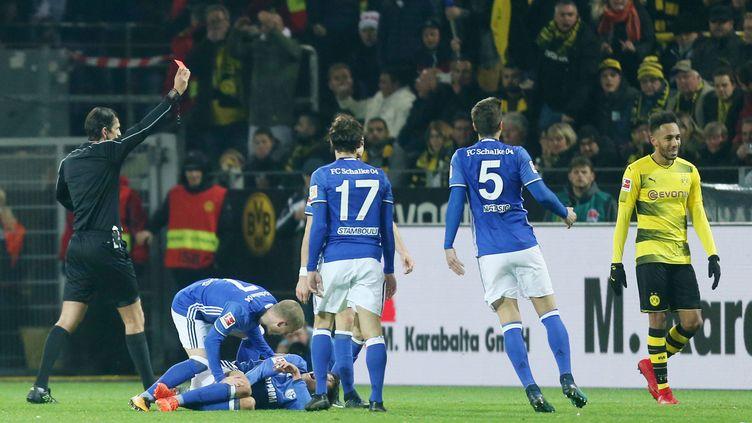 D'abord buteur, l'attaquant de Dortmund, Pierre-Emerick Aubameyang, a pris un carton rouge contre Schalke 04. Le tournant du match !